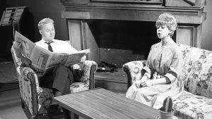 Brita Koivunen ja Eino Virtanen esittävät olohuoneessa istuvaa avioparia Iskelmäkarusellissa.