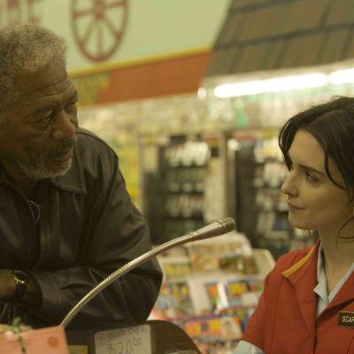 Morgan Freeman ja Paz Vega elokuvassa Valintoja (10 Items or Less)
