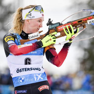 Marte Olsbu Røiseland skjuter.
