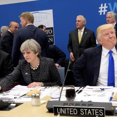 Donald Trump och Theresa May träffades under Natotoppmötet i maj i fjol med utrikesminister Rex Tillerson i bakrgunden
