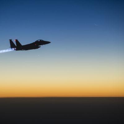Ett amerikanskt stridsflygplan av typen F-15E Strike återvänder från en räd mot Islamiska statens ställningar i Syrien.