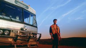 Priscilla-bussi ja Guy Pearce Australian aavikolla. Kuva elokuvasta Priscilla, aavikon kuningatar.