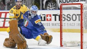Italiens målvakt Marco De Filippo och Sveriges anfallare Elias Lindholm.