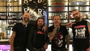 Blackribbon poserar vid en bar i Helsingfors.