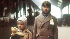 Kuva John Boormanin elokuvasta Odotuksia (Hope and Glory).