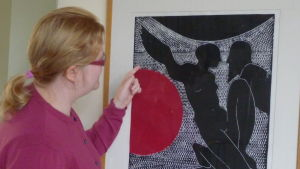 t.f. museichef Laura Lotta Andersson i Hangö värderar en tavla av Carl-Gustaf Lililus