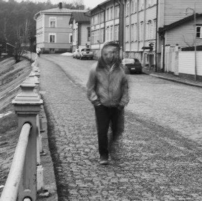 Svartvitt foto av ensam person på gata