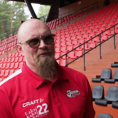 JoMa fanit ry:n puheenjohtaja Tuomas Kinnunen seisoo pesäpallostadionin katsomossa.