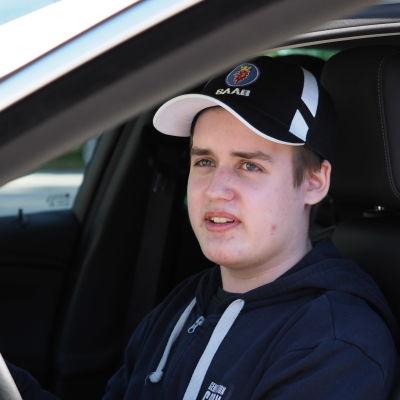 Ajo-oppilas Onni Eskelinen istuu autossa.