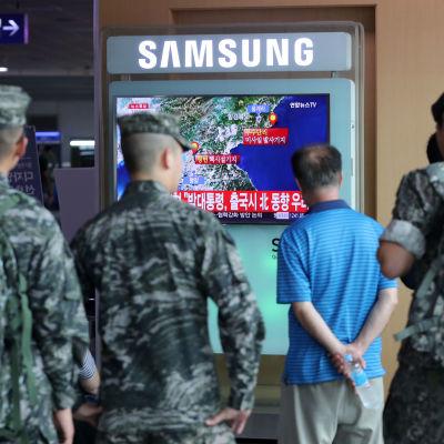 Soldater i Sydkorea tittar på en nyhetssändning om ett möjligt kärnvepentest i nordkorea.