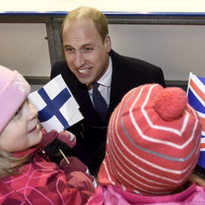 Prins William pratar med småbarn.