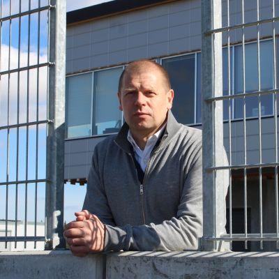 Ratayhtiön toimitusjohtaja Riku Rönnholm seisoo varikkomuurilla