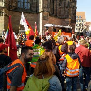 Personer som demonstrerar, de har tyska texter på plakat.