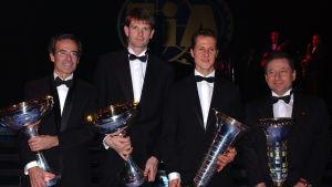 Världens bästa rallyförare 2002 tillsammans med den bästa F1-föraren Michael Schumacher, samt Peugetos stallchef Frederic Saint Geours (tv) och Ferraris stallchef Jean Todt (th).