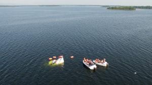 M/s Mässkär sjunker utanför Ådön i Jakobstad medan passagerarna räddas till andra båtar.