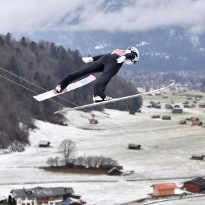 Antti Aalto flyger genom luften