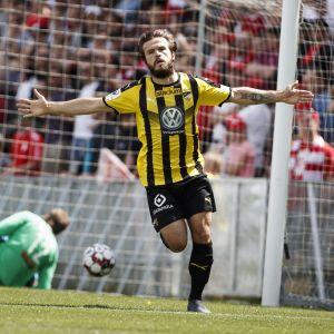 Lucas Kaufmann firar ett mål.