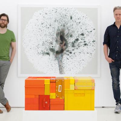 Konstnärerna Michael Johansson och Marcus Eek omger sina verk Tube och Puste IV.