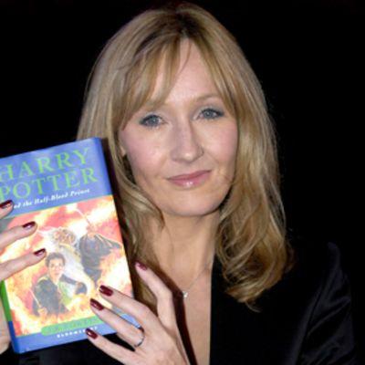 J. K. Rowling Potter-kirja käsissään