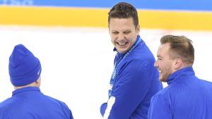 Lauri Marjamäki skrattar lyckligt under Lejonens första träningspass på OS i Pyeongchang.