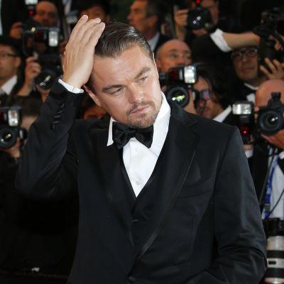 Leonrado DiCaprio Cannesissa valokuvaajien edessä.
