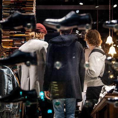 Nuoria miehiä shoppailemassa.