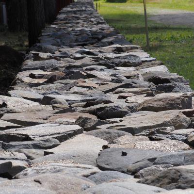 Kiviaita hautausmaalla