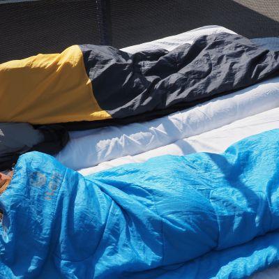 Joensuulaiset Voutilaisen kaksoissisarukset viettivät yön trampoliinilla.