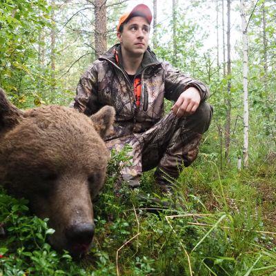 Kasperi Nieminen poseeraa ampumansa karhun vieressä Lieksassa elokuussa 2020.