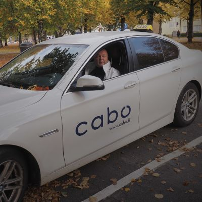 Taksikuski autossaan
