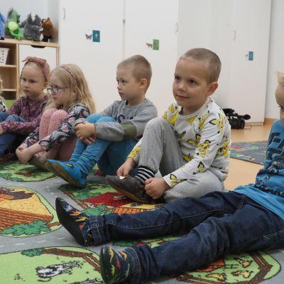 Lapset seuraavat opetusta