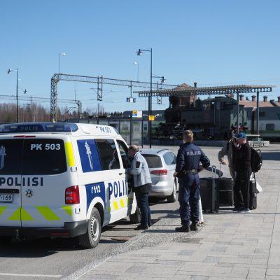 Poliisi sakottaa ajokieltoa päin ajanutta autoilijaa Joensuun rautatieaseman edustalla.