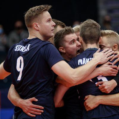Suomen miesten lentopallomaajoukkue tuulettaa.