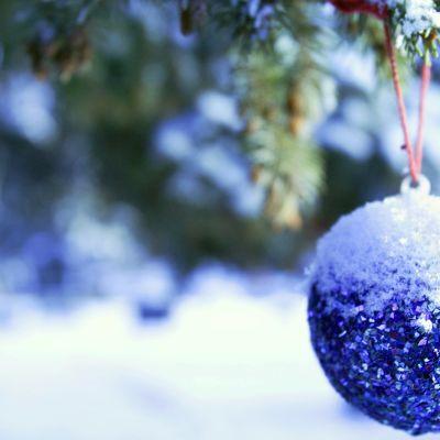 Luminen ja sininen joulukuusen pallo kuusessa.