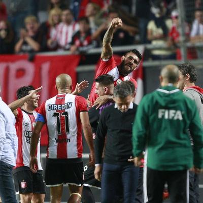 Estudiantes firar mål.