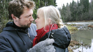 Mies ja nuori nainen katsovat toisiaan silmiin. Pariskunta on ulkona ja on syksy.