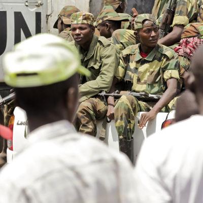 M23 rebeller lämnar Goma och åker förbi ett Fn-fordon