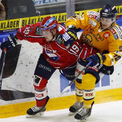 Sami Blomqvist och Mikko Kousa kämpar.