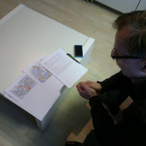Trafikskyddets forskningschef Juha Valtanen kollar in Yle Nyheters karta över var rattfylleristerna ålker fast.