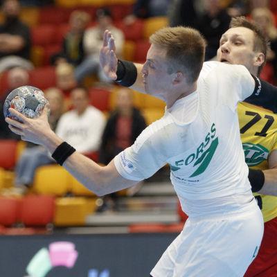 Fredrik Forss i närkamp med Evgeny Semenov.