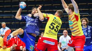 Cocks Aliaksandr Tsitou försöker stoppa en Ademar León-spelare i handbollens Champions League.