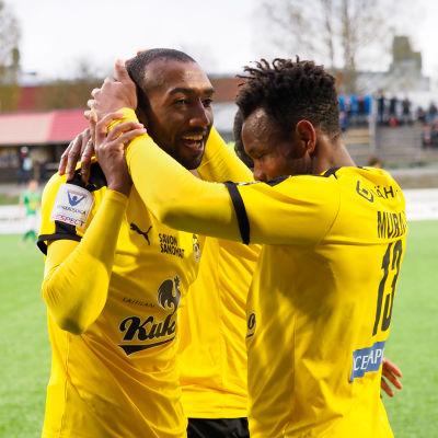 Spelare i KuPS firar ett mål.