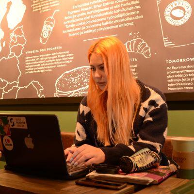 Opiskelija Henna Määttä odottaa aikaa, ettei kasvomaskia tarvitsisi käyttää ainakaan luokkahuoneissa.
