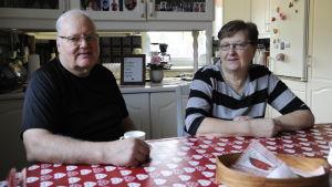 Sture och Anna-Lisa Häggblom sitter hemma vid sitt köksbord