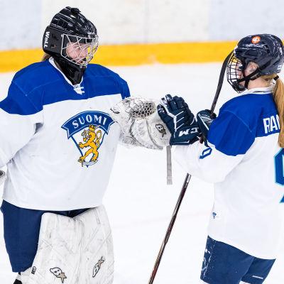 Målvakten Kiia Lahtinen och backen Sanni Rantala möts i en fistbump