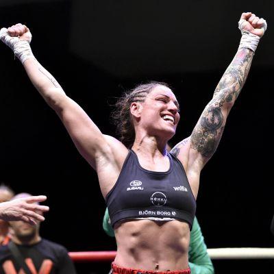 Eva Wahlström sträcker händerna i luften.