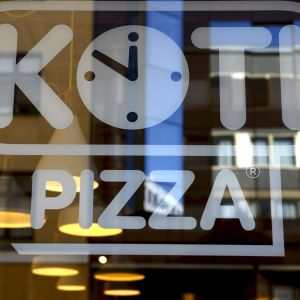Kotipizzas logo på ett fönster.
