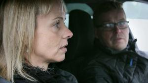 Maria och Patrik sitter i en bil, Patrik tittar på Maria.