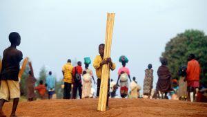 Många barn tvingades fly sina hem när Herrens motståndsarmé under Joseph Kony härjade i Uganda 2004 eftersom de var rädda för att bli bortförda av gruppen.