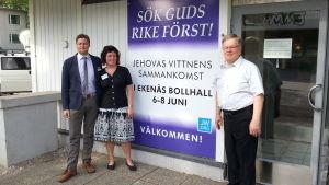Markus Deiwick, Sissi Deiwick och Curt Winberg utanför Rikets sal i Ekenäs.